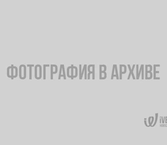 В Кудрово люди стоят в большой очереди, чтобы попасть на почту